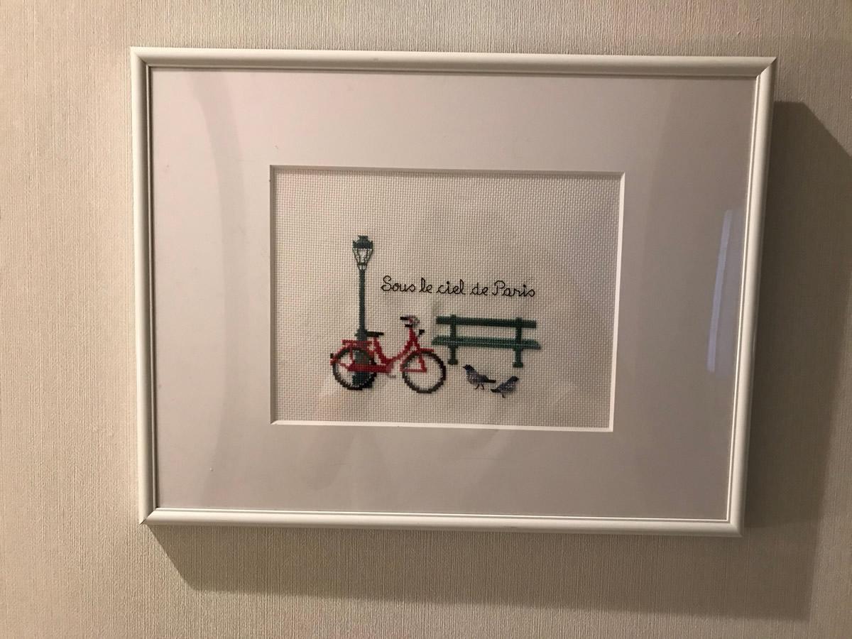 2階踊り場の絵画 - パリの街角刺繍です。