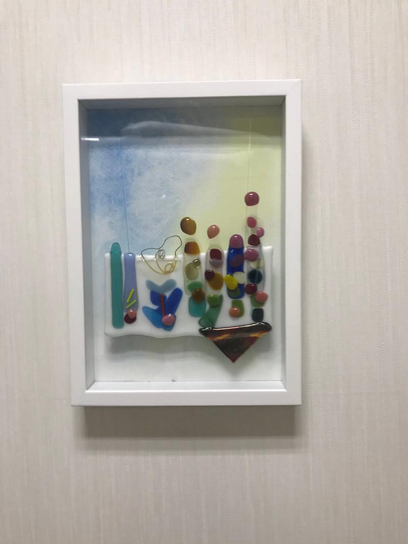 一階診療室チェア前のアート - ガラスで描く花と水辺です。