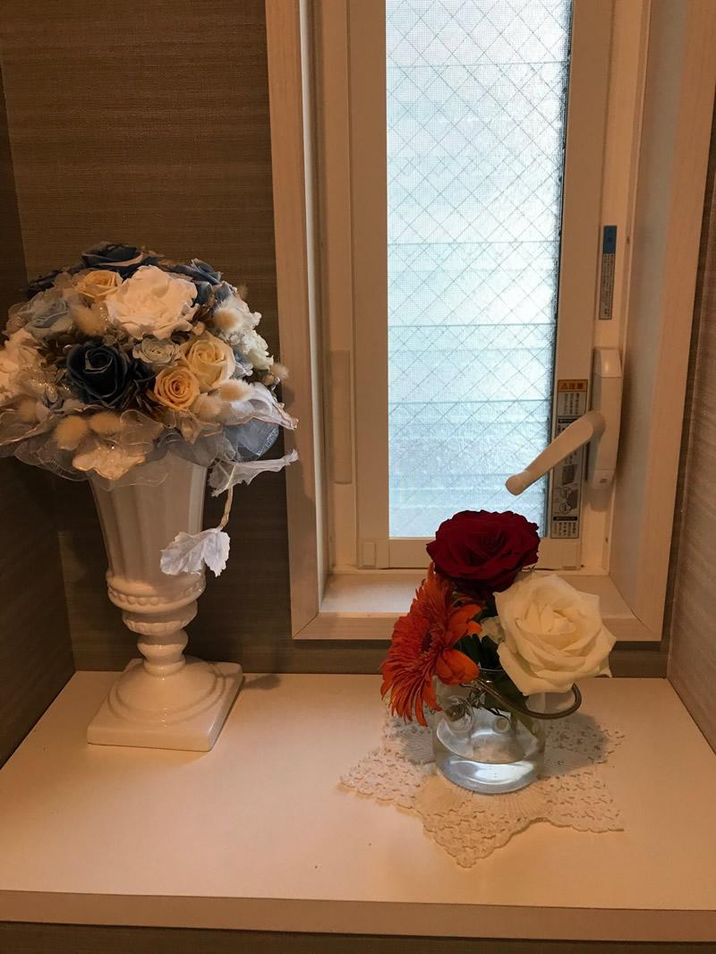トイレ - ガーベラと2色のバラ、小さなガラスポットに。