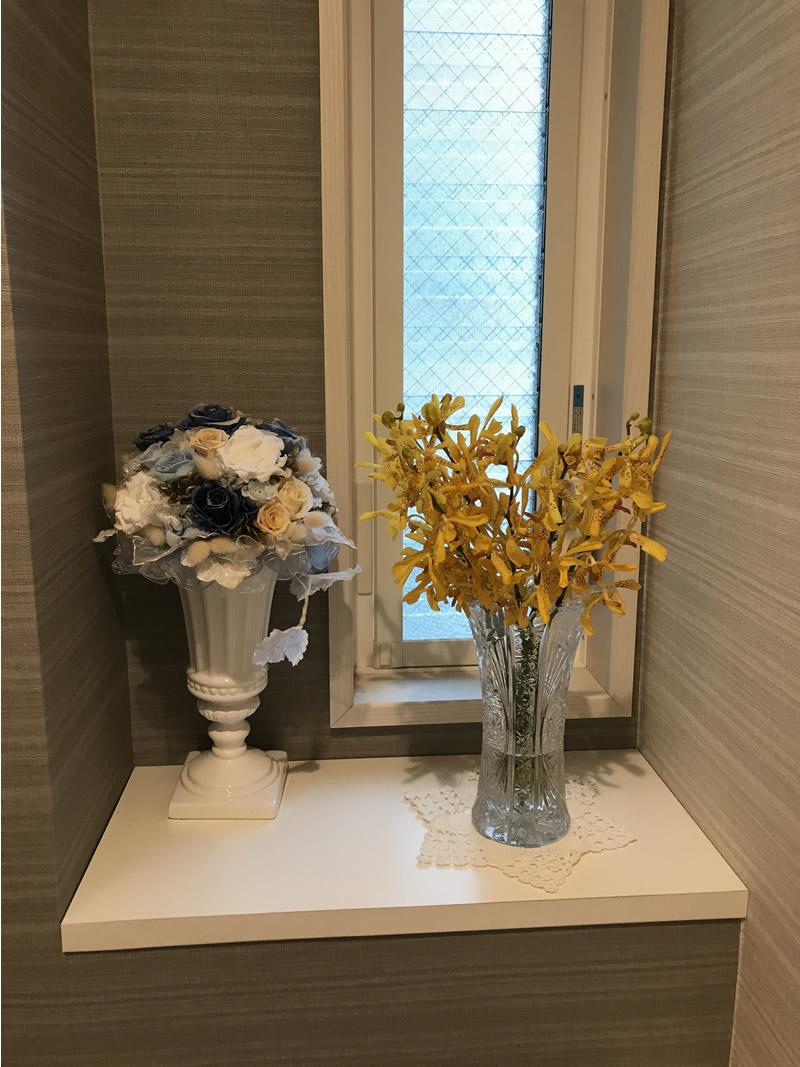 トイレの花です -  黄色の蘭が梅雨の日を明るく…。