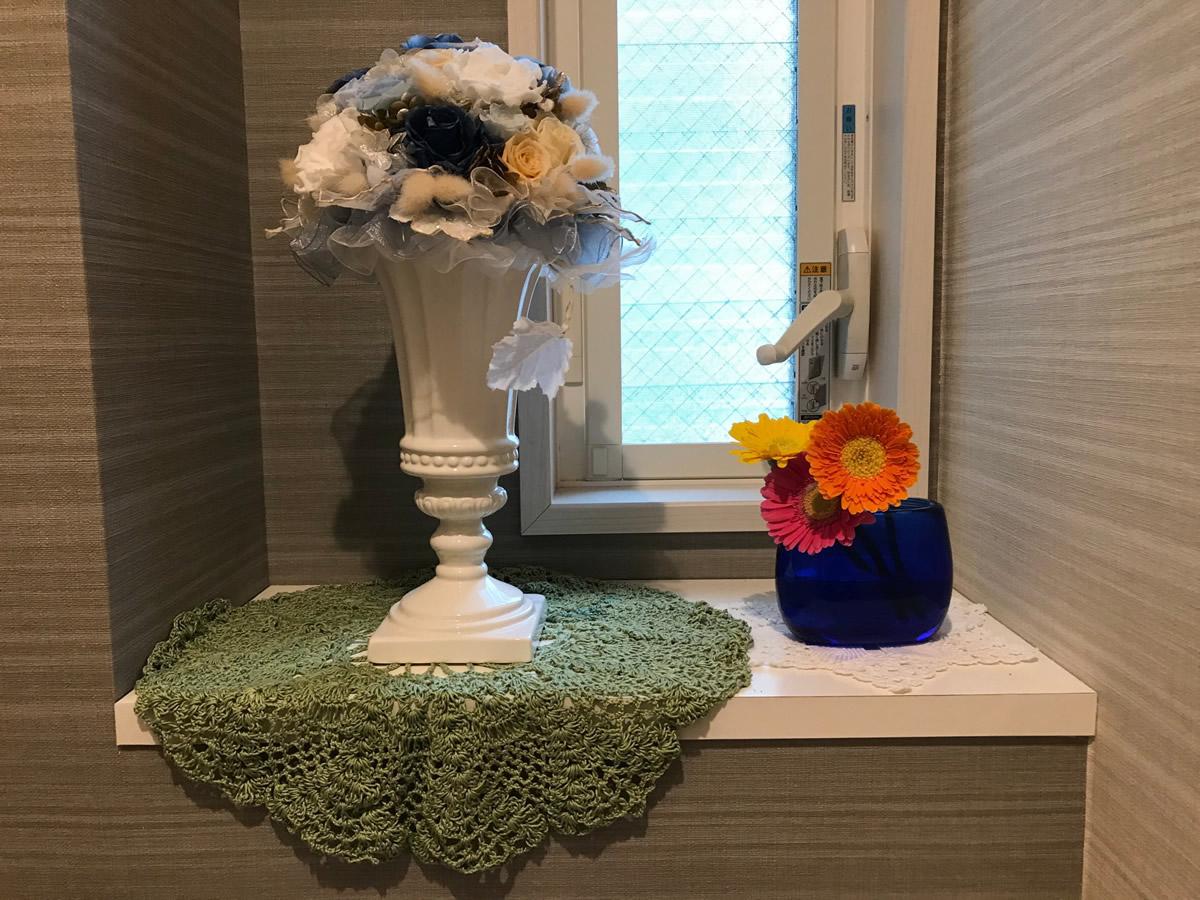 1階トイレ - ブルーの器に3色のガーベラを