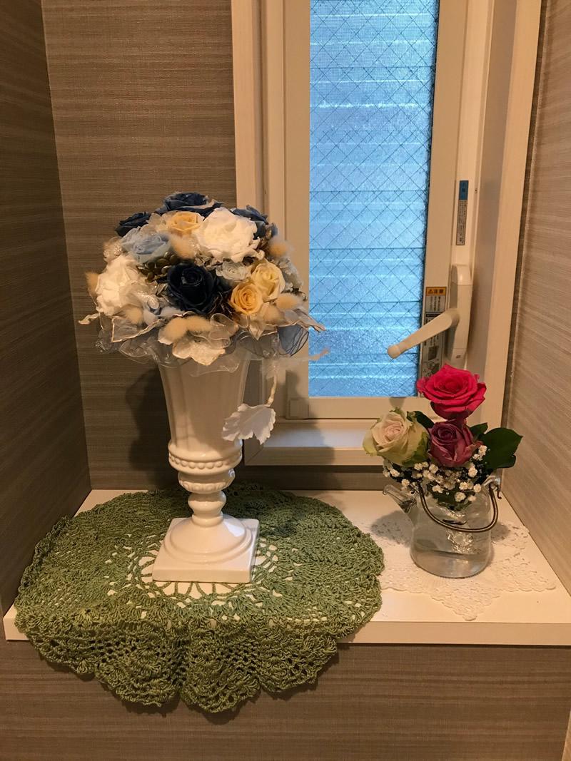 1階トイレ - 3色の薔薇のミニ花束