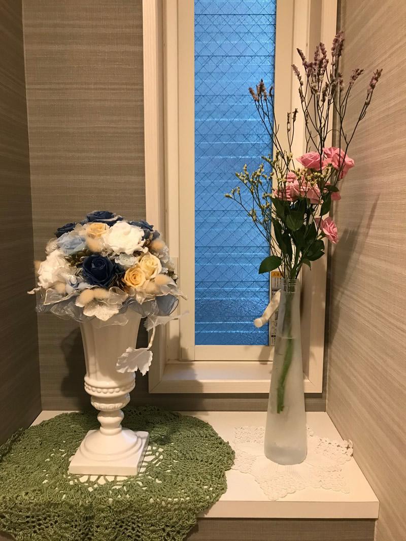 1階トイレ - ピンクのミニ薔薇と二色の宿根かすみ草