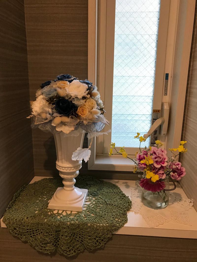 1階トイレ - ピンクの濃淡のカーネーションとガーベラに差し色はオンシジウムの黄色