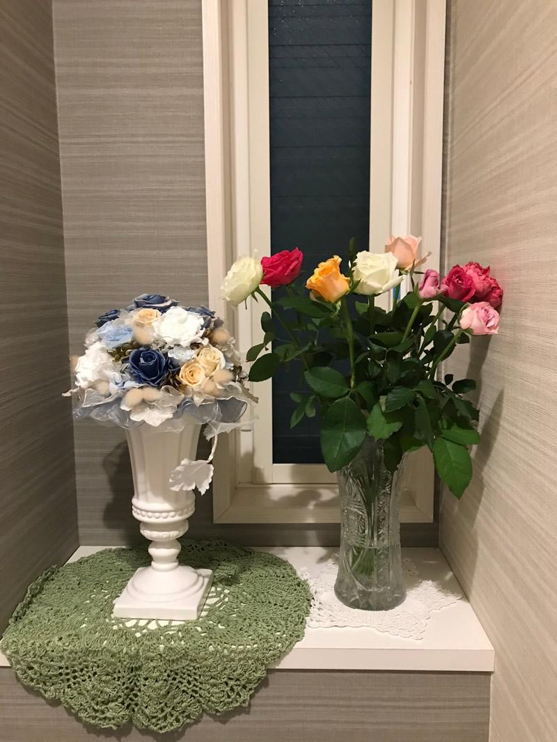 1階トイレ - ピンクの濃淡、薄いオレンジ、白の薔薇