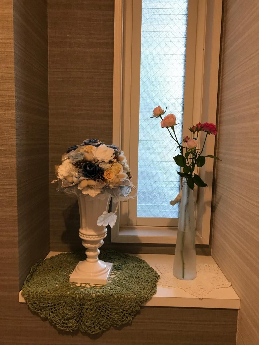 1階トイレ - 濃淡のミニ薔薇を一輪挿しに