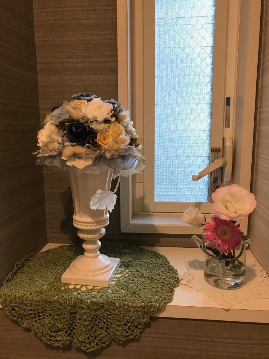 1階トイレ - ピンクと白のトルコキキョウ、濃いピンクのガーベラを白いドットのミニポットに