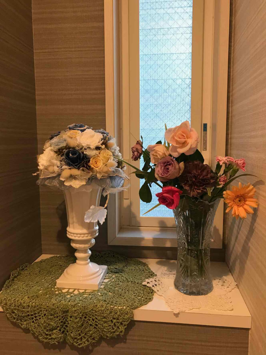 1階トイレ - 三色の薔薇、紫のカーネーション、ガーベラ、撫子、折鶴蘭で賑やかに