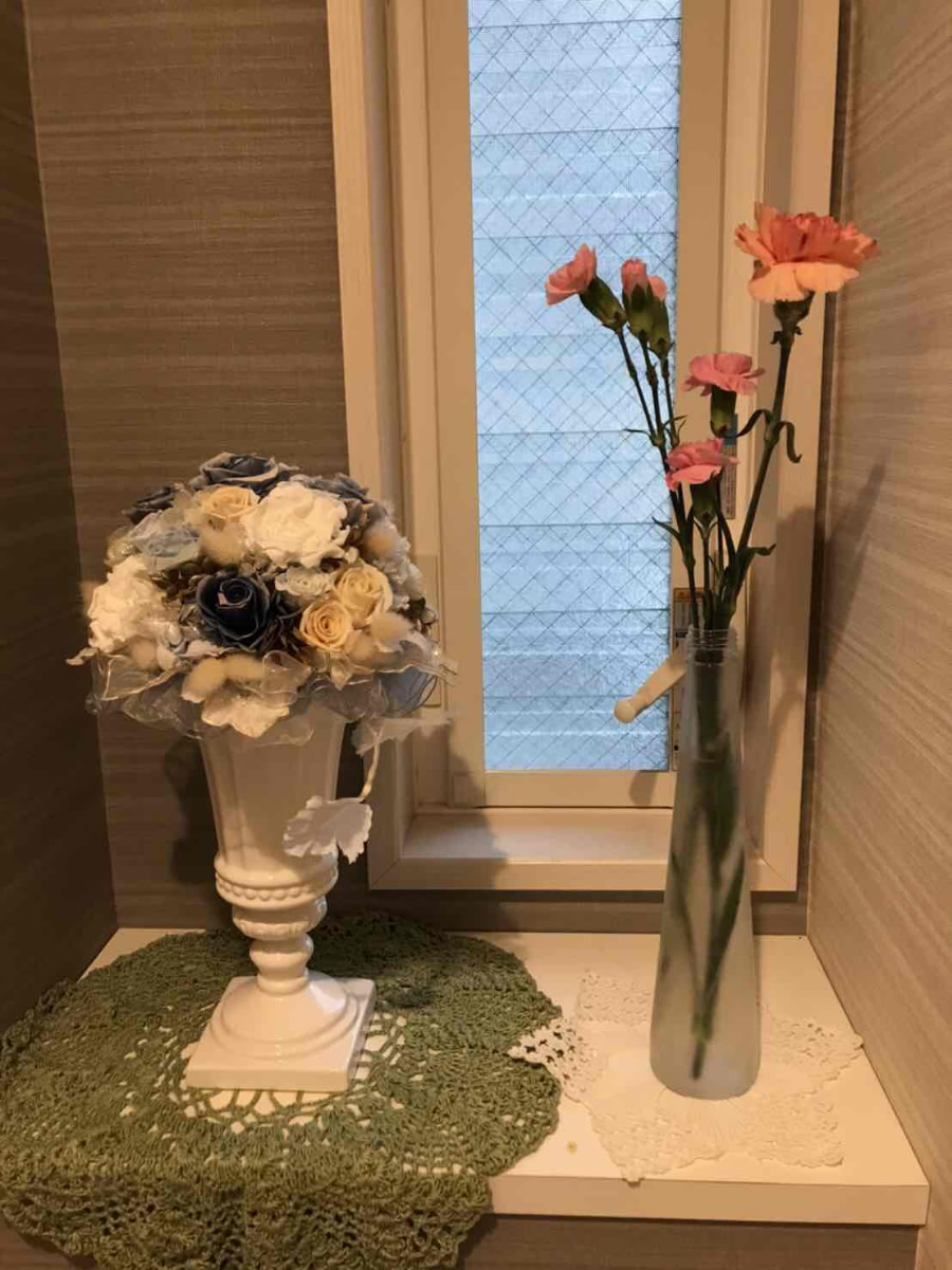 1階トイレ - ピンクオレンジと、ピンクのカーネーション