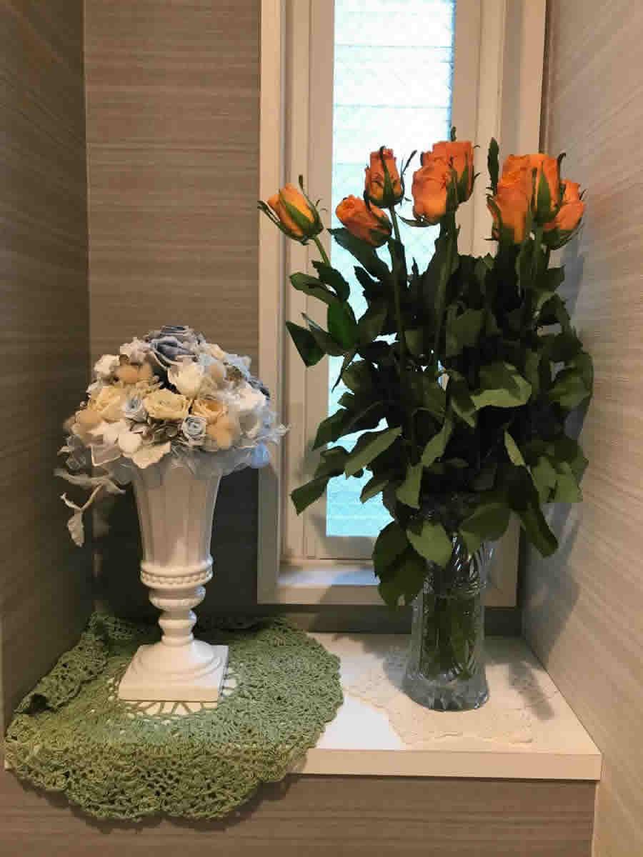 1階トイレ - オレンジ色の薔薇