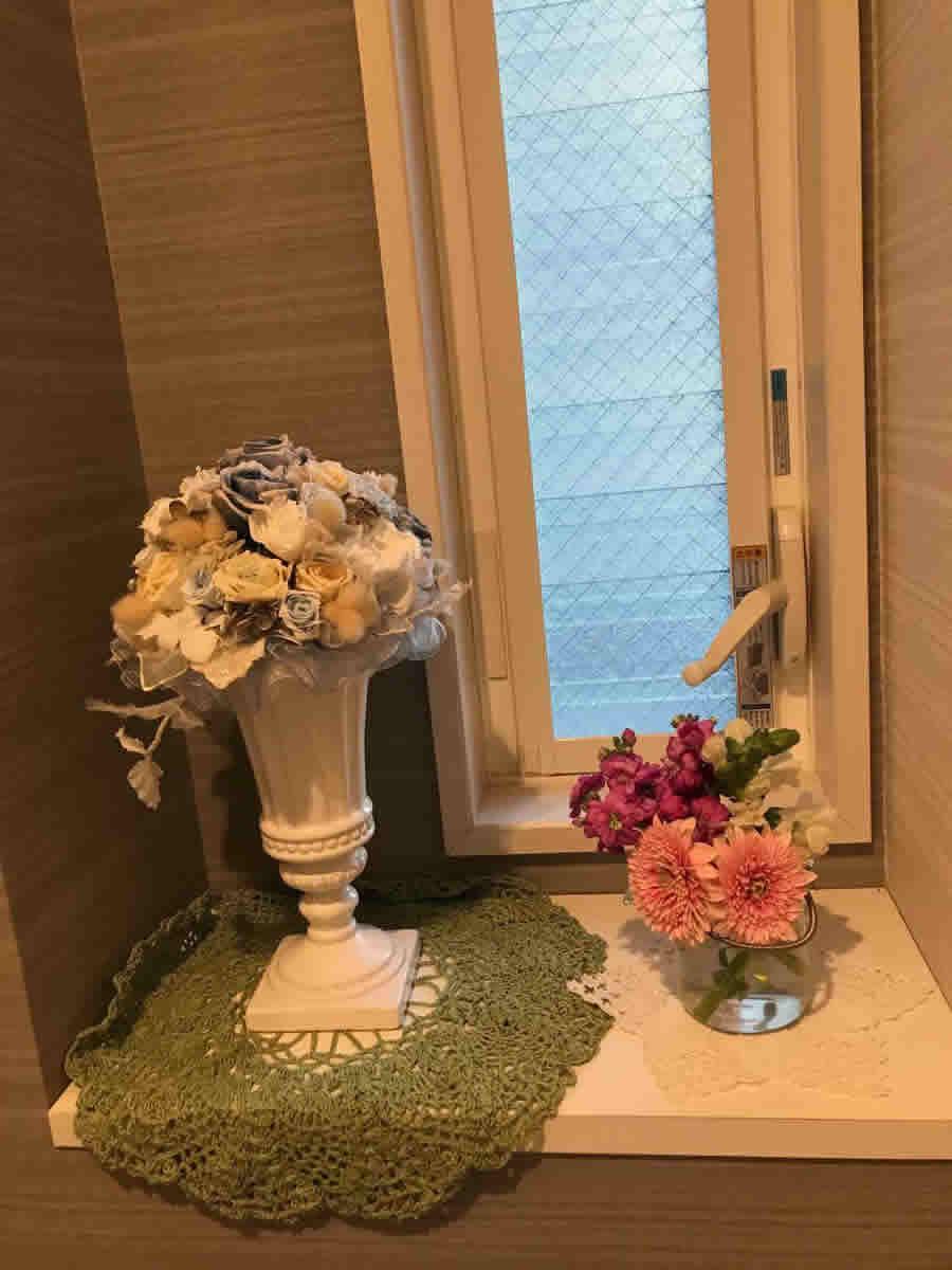 1階トイレ - ガーベラと2色のストックを水玉模様のガラスポットに
