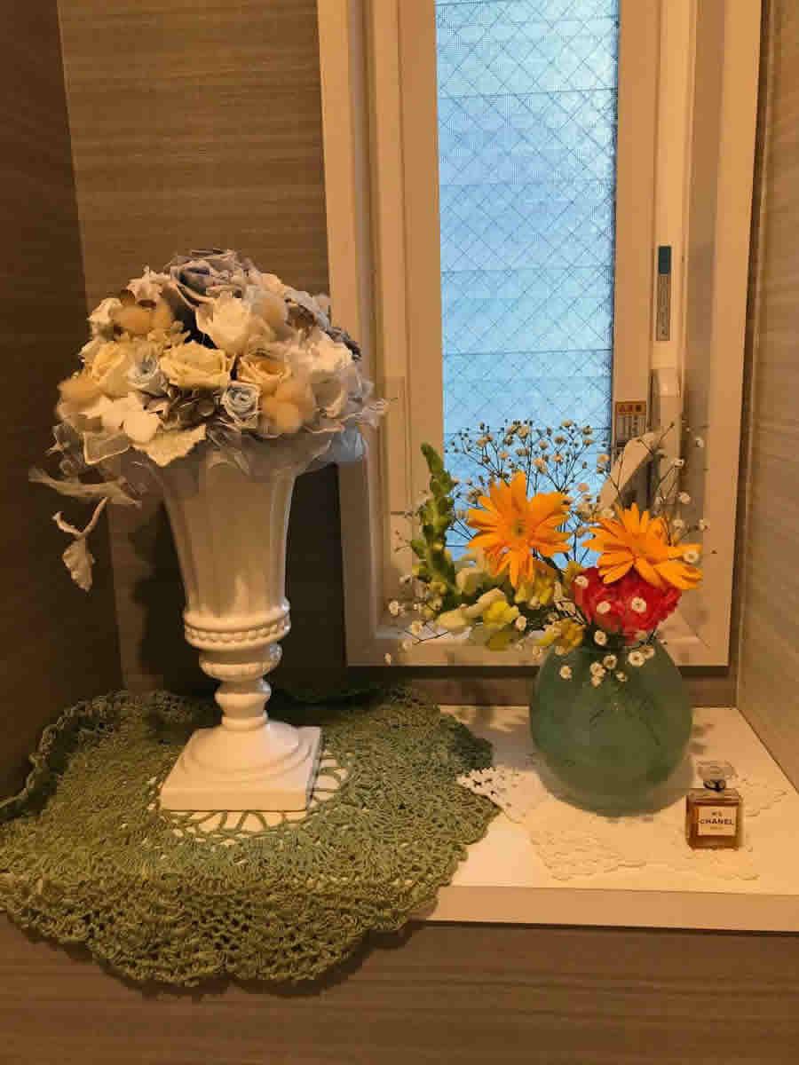 1階トイレ - オレンジのガーベラ ピンクのカーネーション ストック 霞草