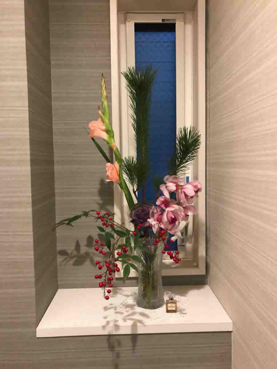 1階トイレ - ピンクの蘭、松、ピンクのグラジオラス、紫の葉牡丹、南天