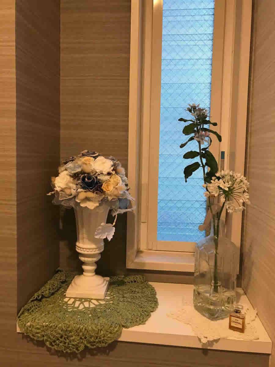 1階トイレ - 薄青の花はルリ草、白の小花はラムソン(野生チャイブの近縁種 クマニラの仲間)