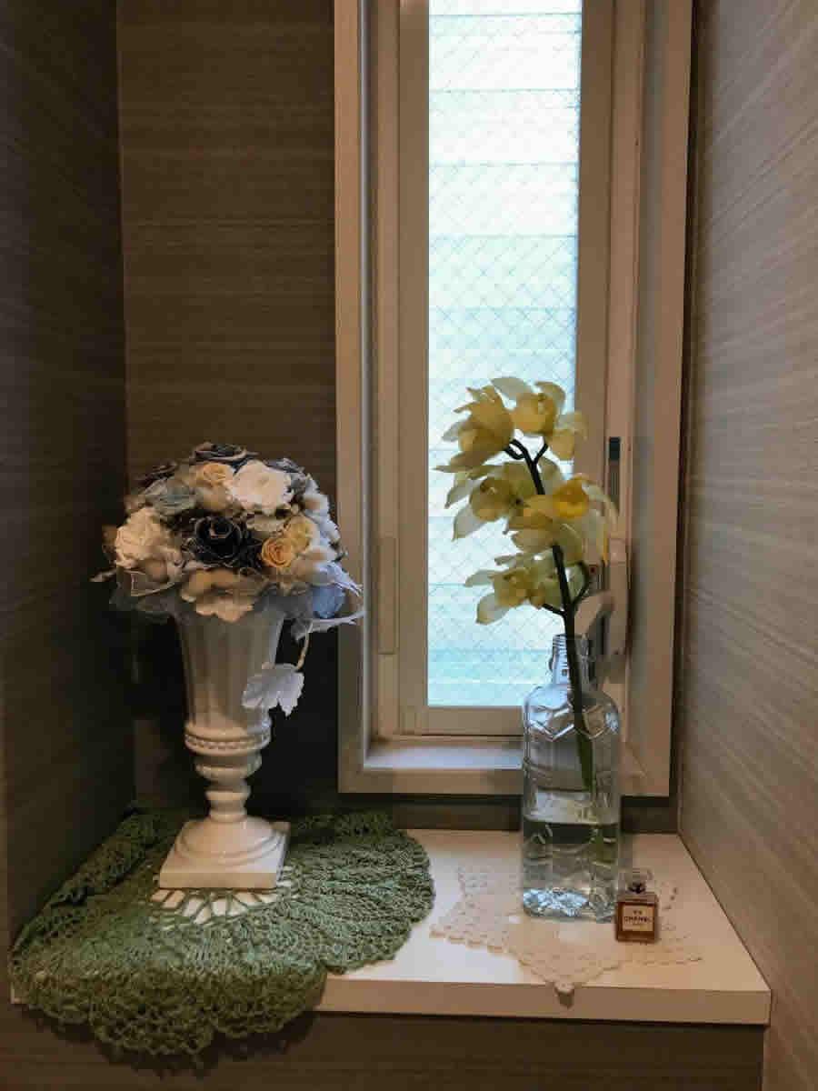 1階トイレ - クリスマスから1月いっぱい 待合室で咲いていたシンピジューム