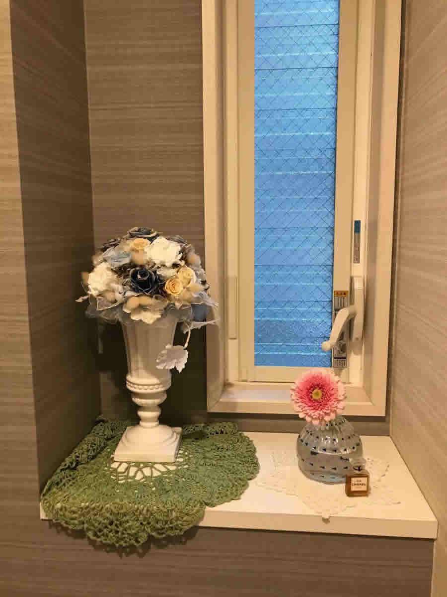 1階トイレ - ガーベラ1輪、ブルーのドットのガラス花瓶に