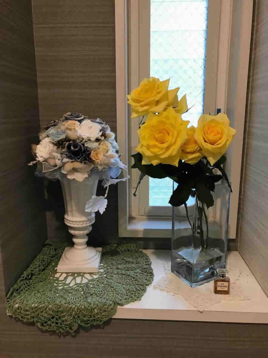 1階トイレ - 明るい黄色の薔薇を