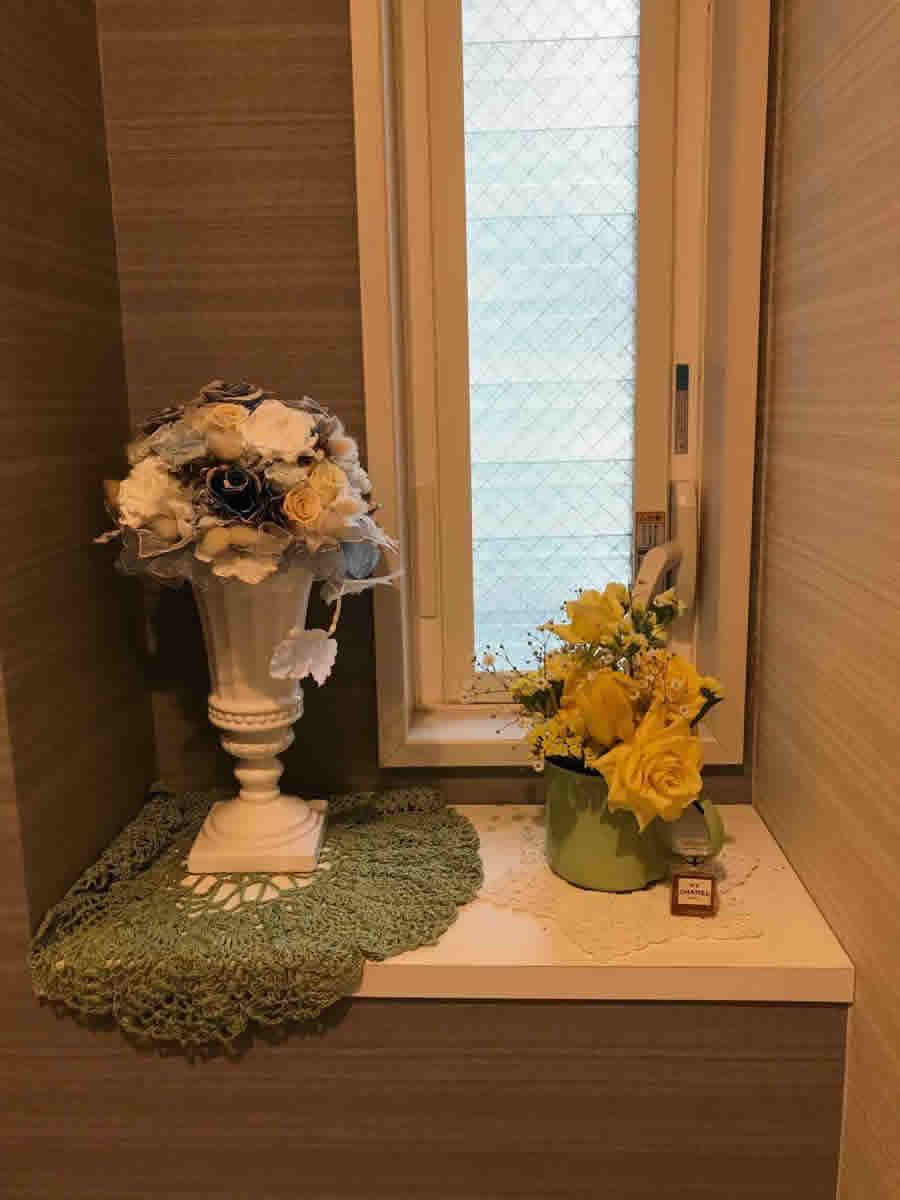 1階トイレ - 1輪のチューリップの周りに薔薇を。黄色で纏めて緑のホーローカップに。