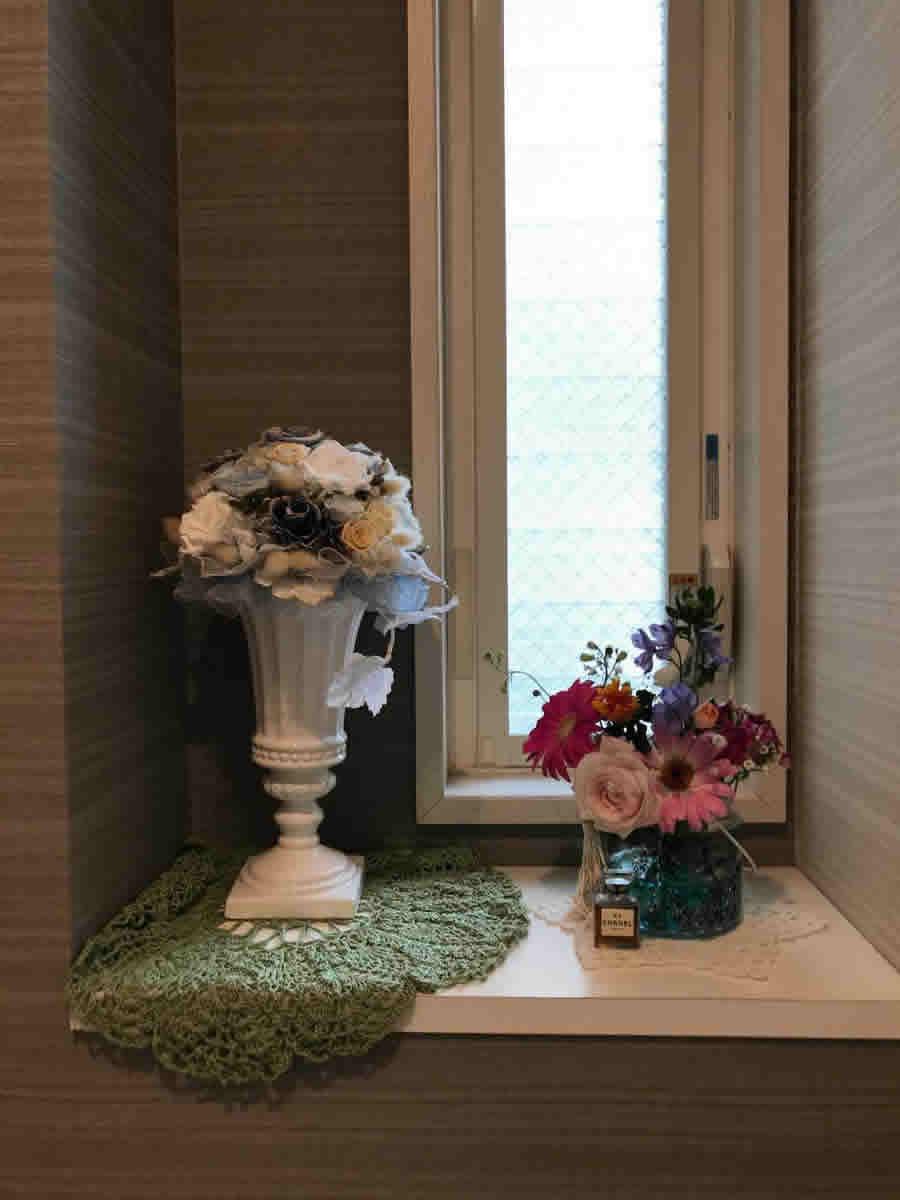 1階トイレ - ガーベラ、薔薇、撫子他