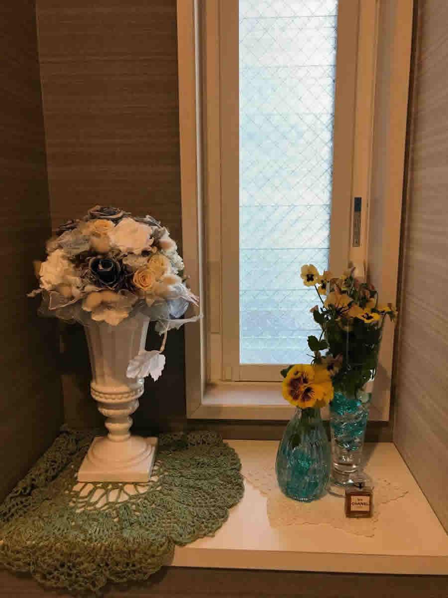 1階トイレ - パンジーとビオラ、二つのガラス器に
