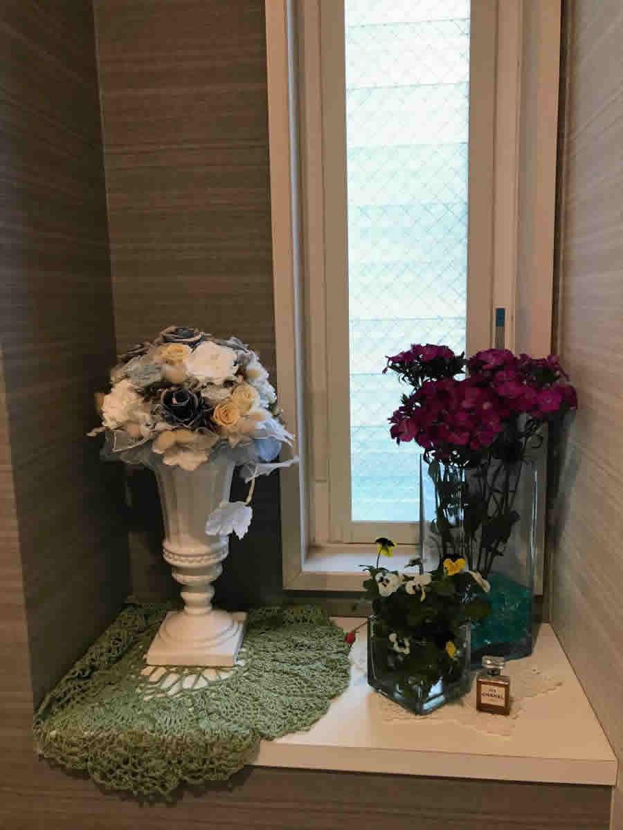 1階トイレ - 撫子のそばに、鉢植えで咲いていたビオラとオレンジの薔薇の蕾を