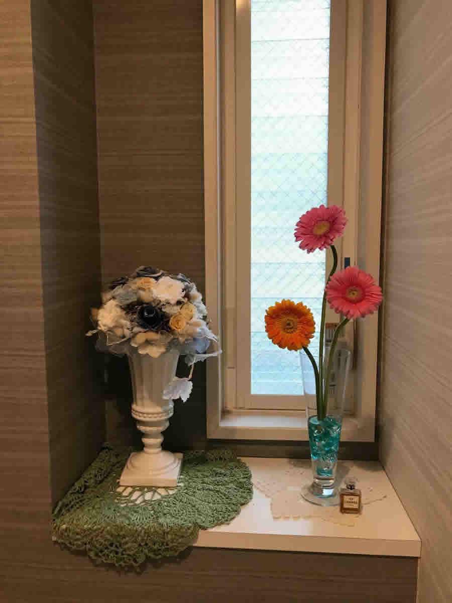 1階トイレ - オレンジとピンクの濃淡のガーベラ