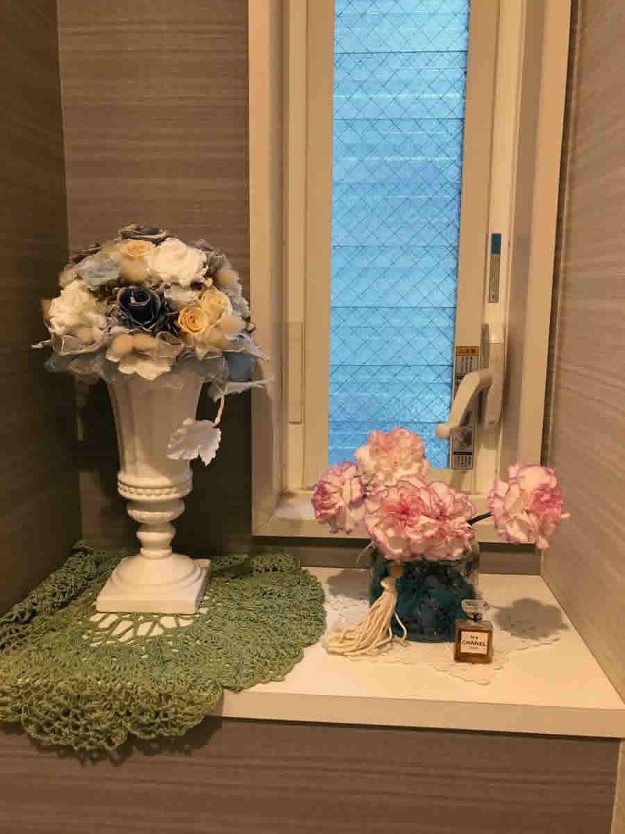 1階トイレ - 濃いピンクの縁取りのカーネーション