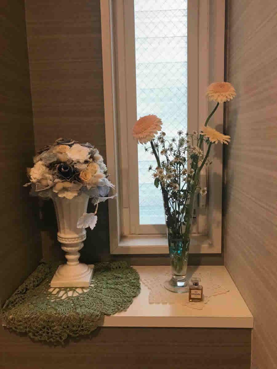 1階トイレ - 薄黄と薄桃のガーベラに白の小菊