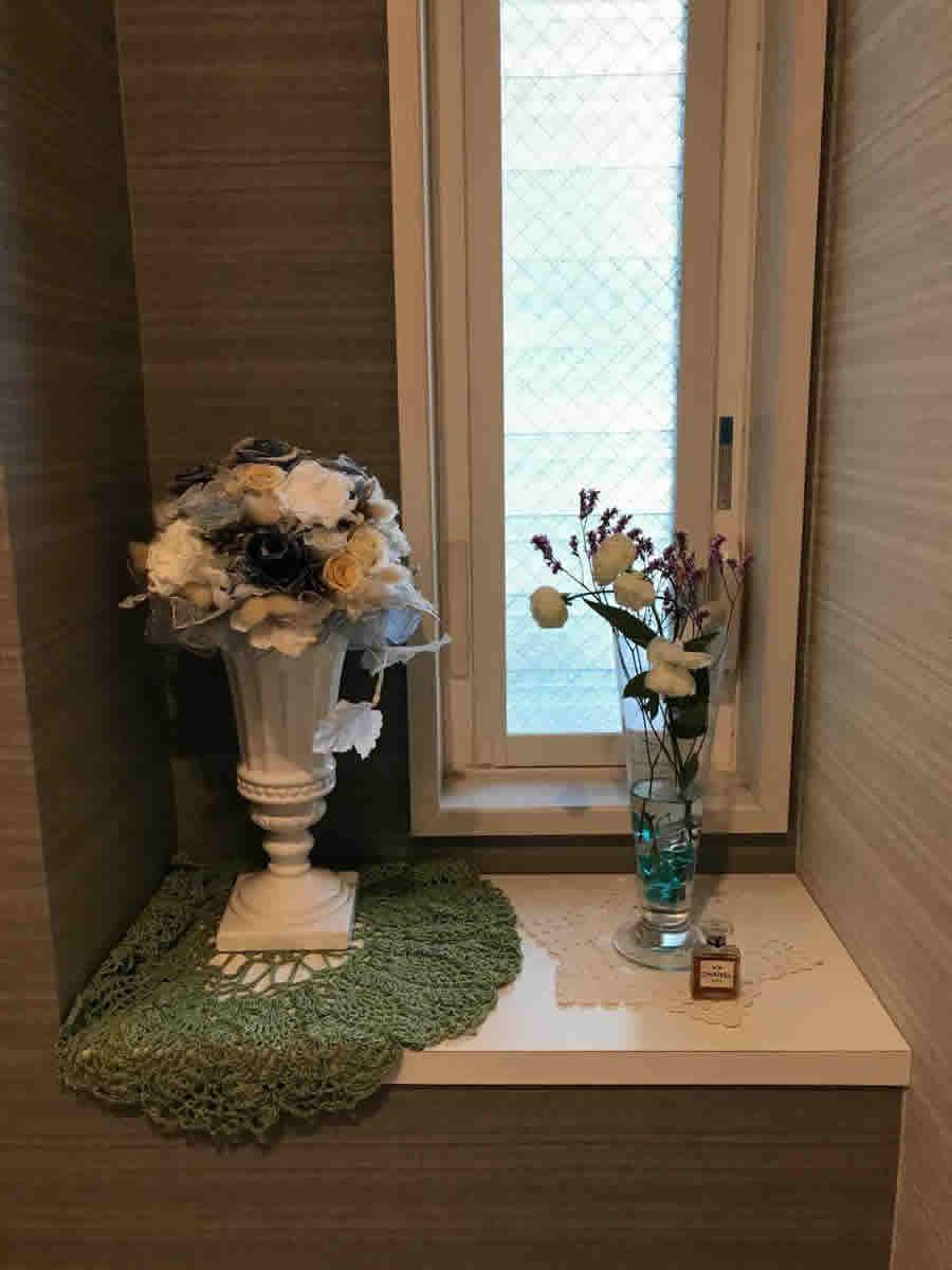 1階トイレ - 薔薇科の白い花とピンクの宿根かすみ草