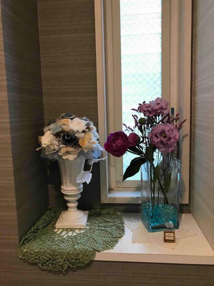 1階トイレ - 濃い紫の芍薬、薄紫の八重咲きカーネーション、ピンクの小花