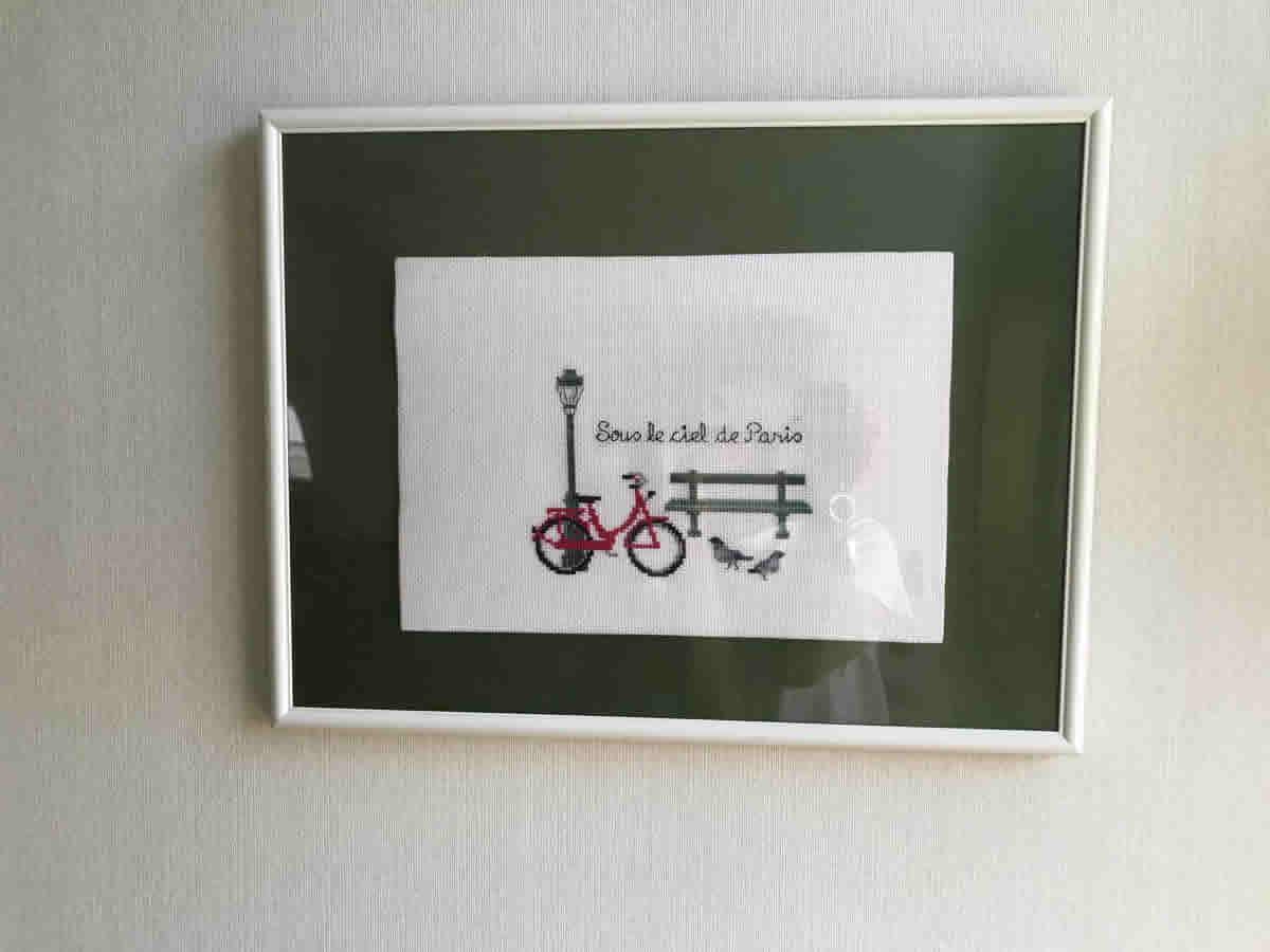 2階階段奥左 - フランスの街角刺繍 ベンチと自転車と街灯そして鳩