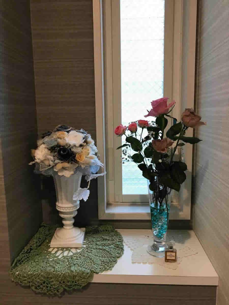 1階トイレ - アンティークな色とピンクの薔薇
