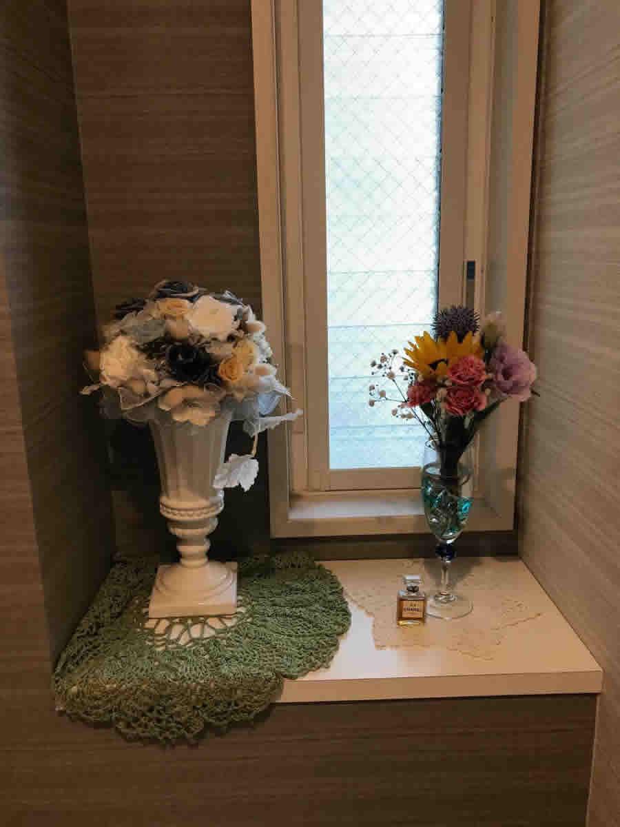 1階トイレ - トルコ桔梗、ミニ向日葵、紫色の丸いルリタマアザミ、霞草