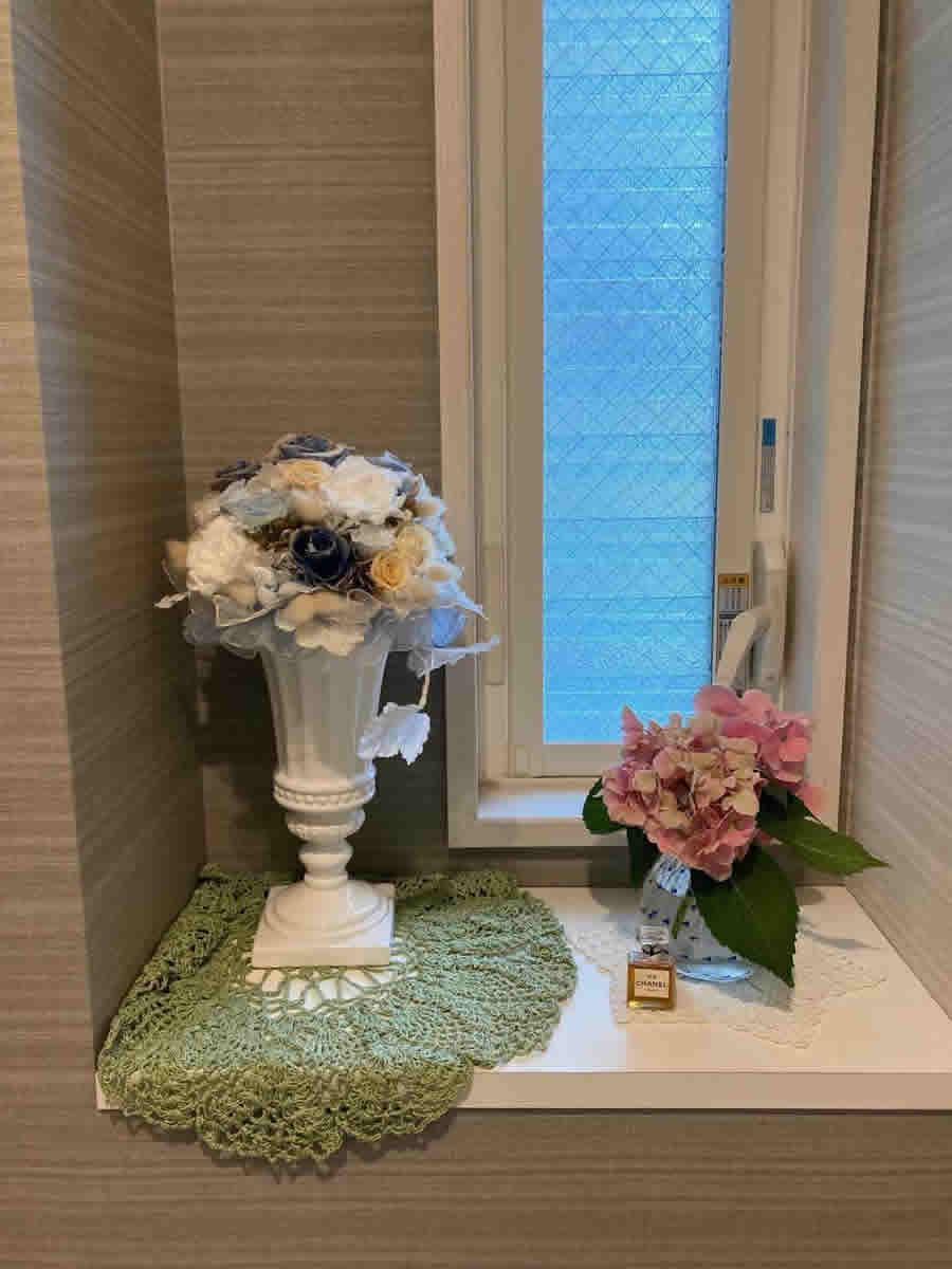 1階トイレ - 入口で咲いていたピンクの紫陽花をブルーのドットの丸いガラス器に