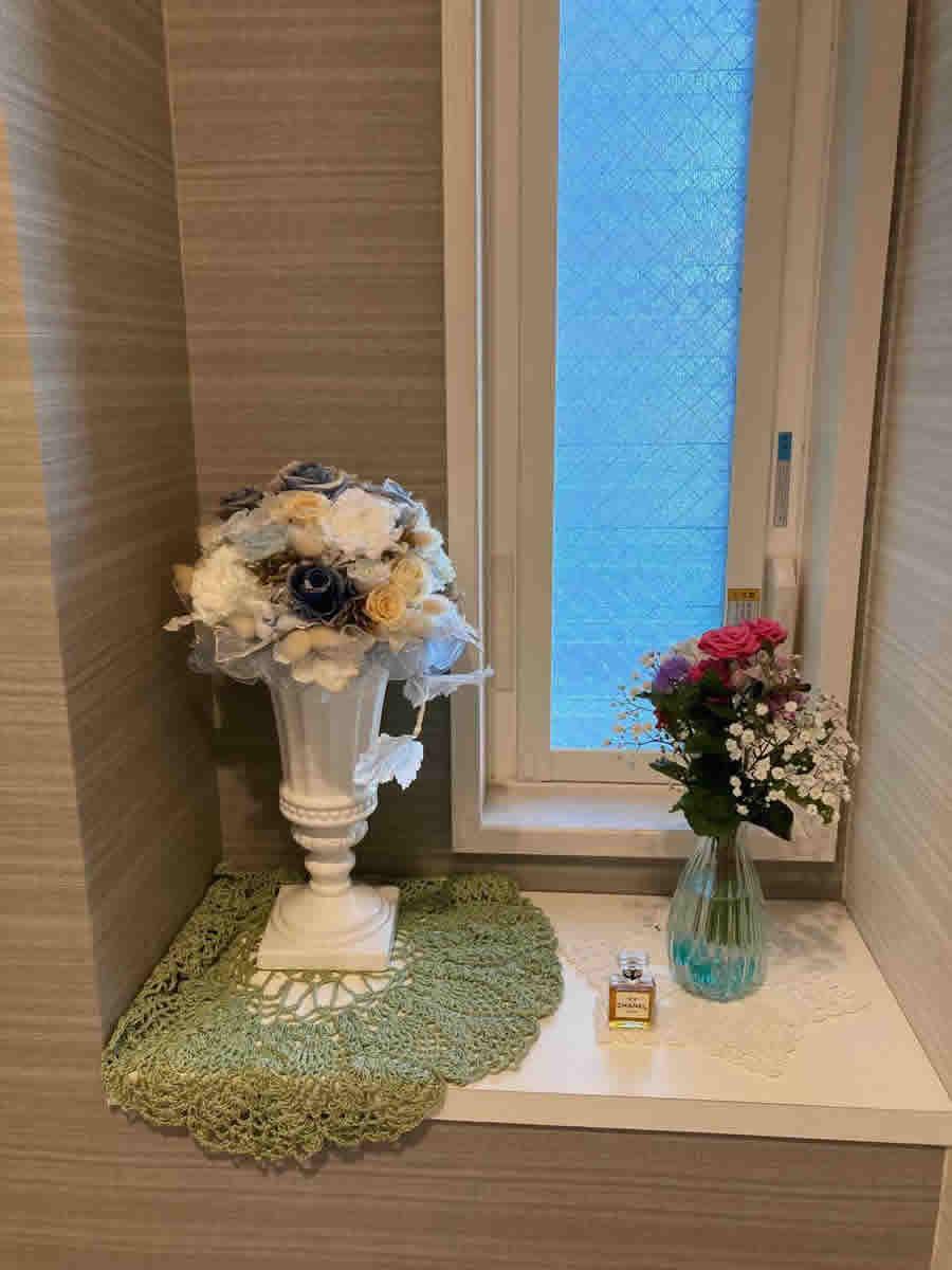 1階トイレ - ミニ薔薇、芍薬、カッコウアザミ、サルビア、かすみ草のブーケ