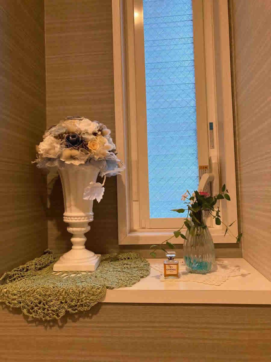 1階トイレ - 寄植えのミントと日々草夏花火のコーラルとホワイトレッドアイのミニブーケ