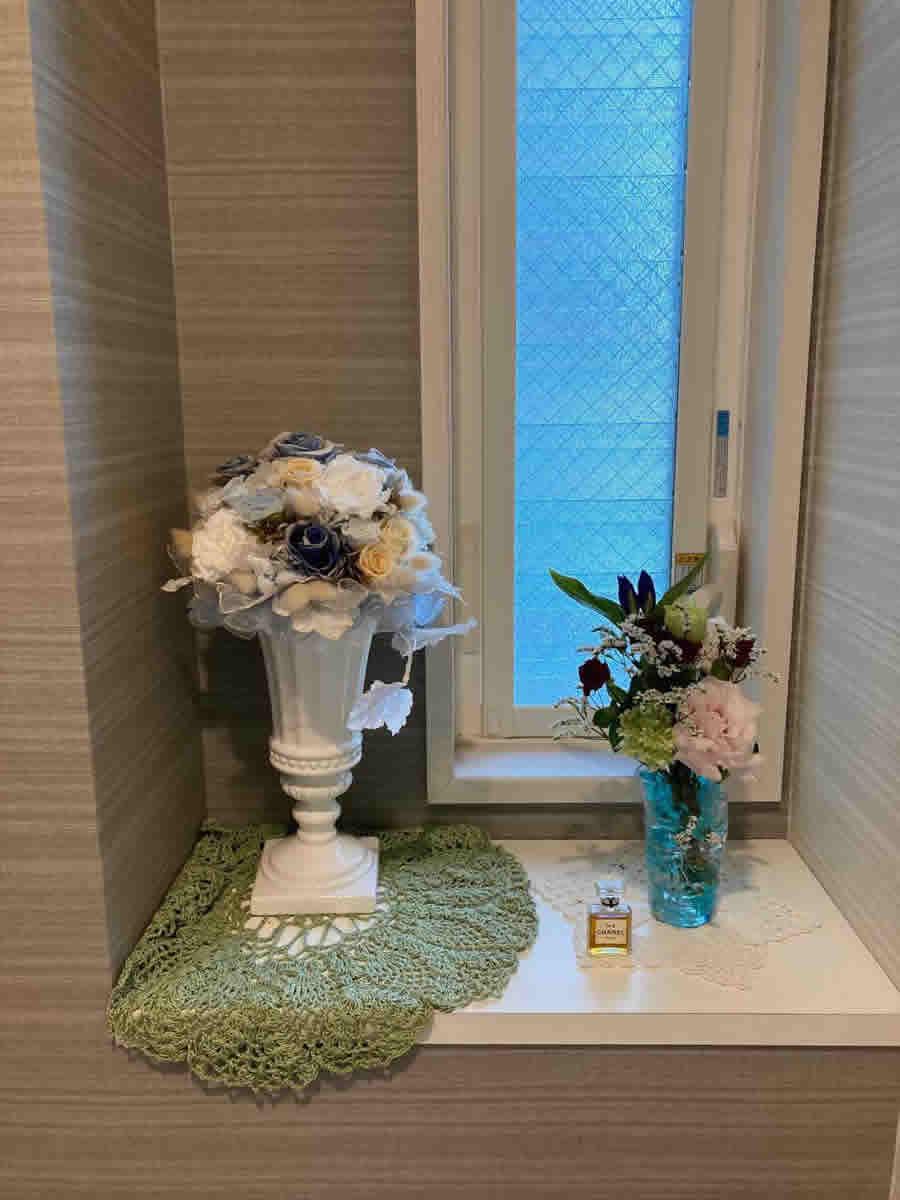 1階トイレ - 竜胆、カーネーション、薔薇、西洋紫陽花、宿根霞草を変形の口元のガラスコップに