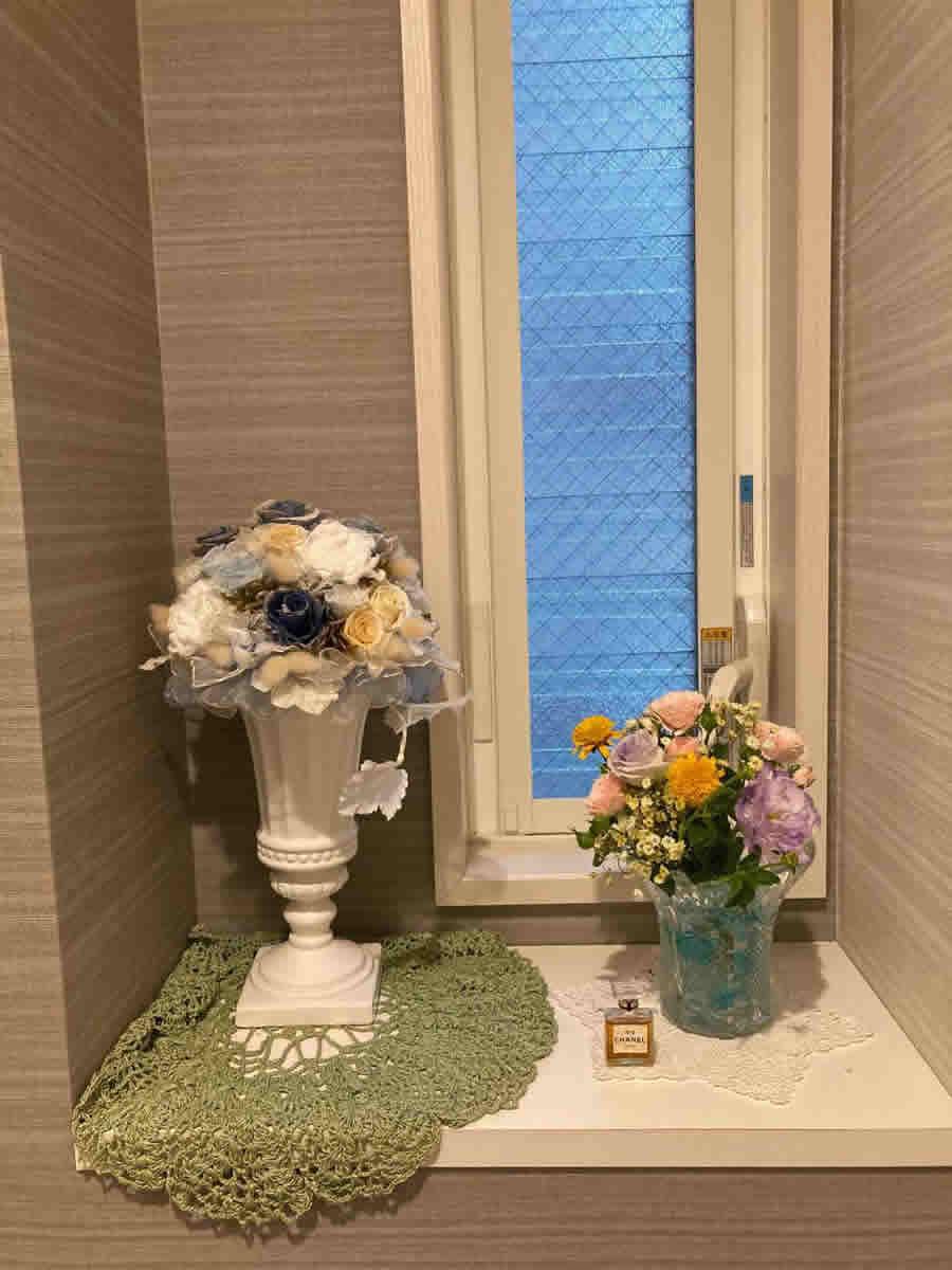 1階トイレ - ラベンダー、ピンク、黄色のミニブーケ