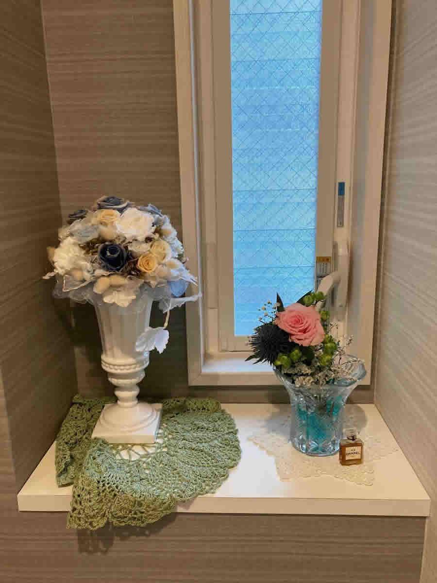1階トイレ - ピンクの薔薇にグリーンミニ薔薇、瑠璃玉アザミ、霞草