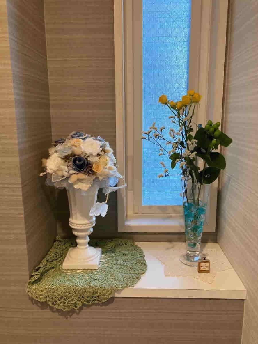 1階トイレ - 黄色のミニ薔薇、ジュズダマ、宿根霞草